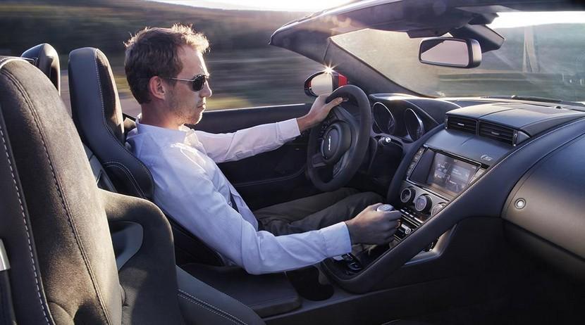 Recuerda llevar las manos al volante