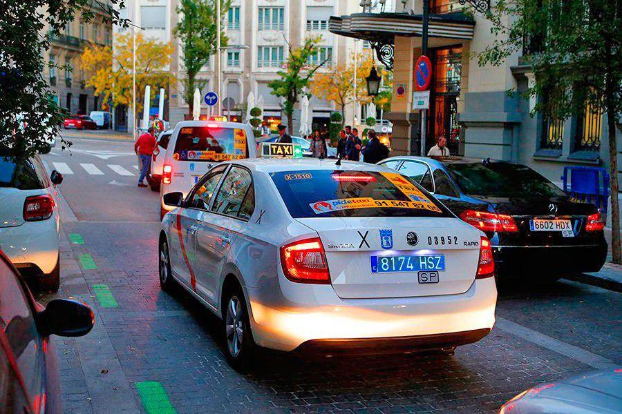 Taxi con matricula azul