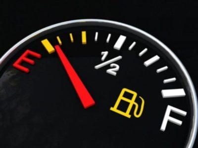 Debido a la variedad de combustibles que se surten actualmente en las gasolineras europeas, lo que incluye varias modalidades alternativas ecológicas, la UE ha aprobado una nueva normativa basada en un etiquetado distintivo a fin de hacerlos más identificables de cara a los consumidores. Este nuevo estándar europeo será obligatorio en gasolineras y vehículos nuevos a partir del próximo 12 de octubre.